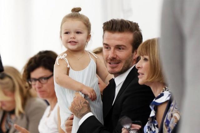 A pequena Haper Beckham no desfile da coleção de primavera/verão 2014 de sua mãe, a estilista Victoria Beckham, apresentado na Semana de Nova York