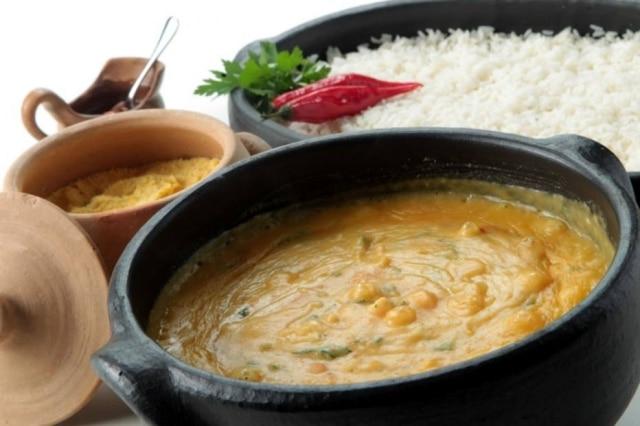 O cremoso bobó de camarão vem acompanhado de farofa, arroz e molho de pimenta.