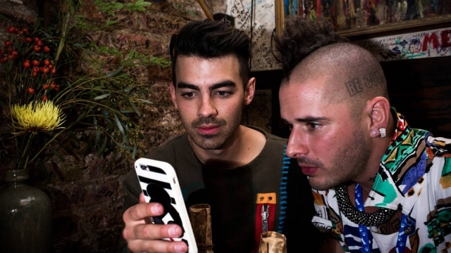 Joe Jonas com o músico Cole Whittle