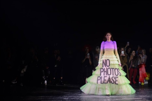 'No photos, please' ('Sem fotos, por favor'), diz a frase do vestido de primavera-verão dos estilistas Viktor e Rolf