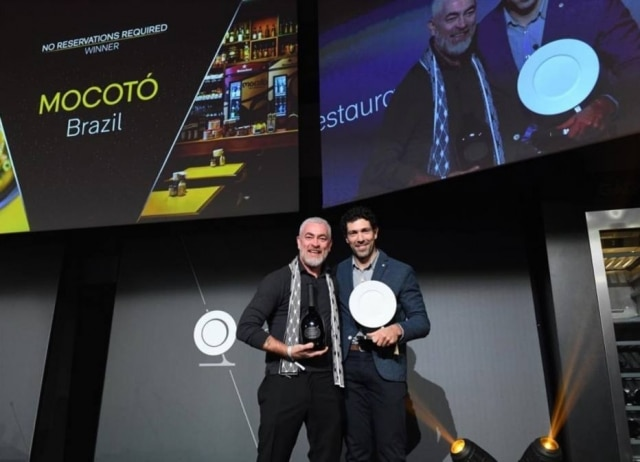 Alex Atala entrega prêmio a Rodrigo Oliveira no The World Restaurant Awards