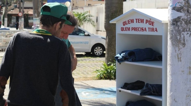 'Quem tem, põe. Quem precisa, tira': iniciativa criada em época de frio está mobilizando moradores do bairro do Limão, na capital de São Paulo.