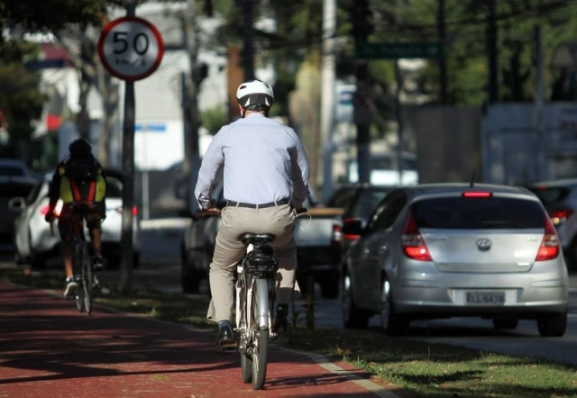 Equipamentos de segurança, no corpo e na bike, são essenciais para evitar lesões.