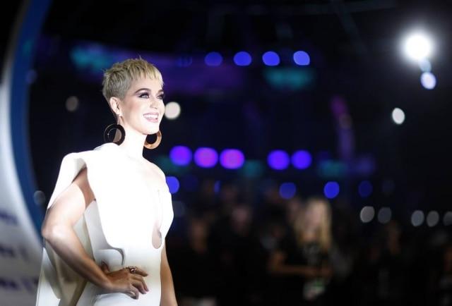 Katy Perry chamou fã ao palco durante show no Kansas, nos Estados Unidos.