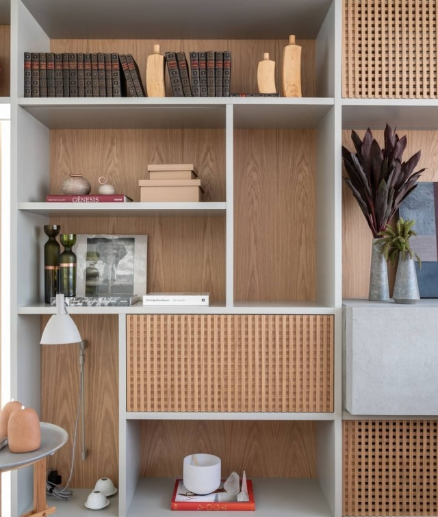 Estantes nem sempre têm função apenasdecorativa; ocomponente funcional é igualmente importante, seja para armazenar e exporobjetos de valor afetivo, integrar ambientes ou setorizar os espaços