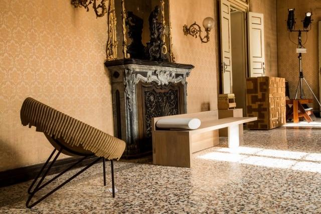 O contraste entre os interiores barrocos do Palácio Litta e o mobiliário contemporâneo brasileiro