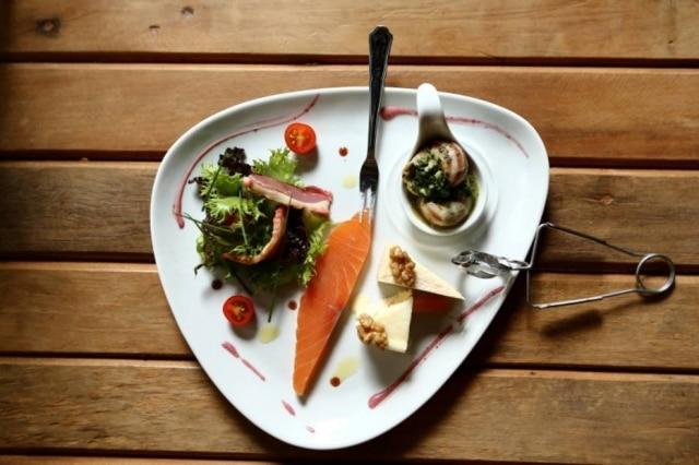 Mix de entradas. Salmão marinado, escargots, duo de queijo e salada com peito de pato defumado e vinagrete de amora.