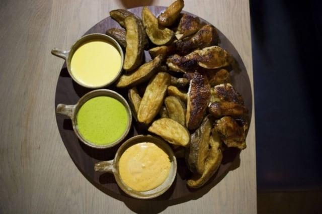 Para compartilhar. Frango assado em pedaços e fritas com molhos do Llama Inn