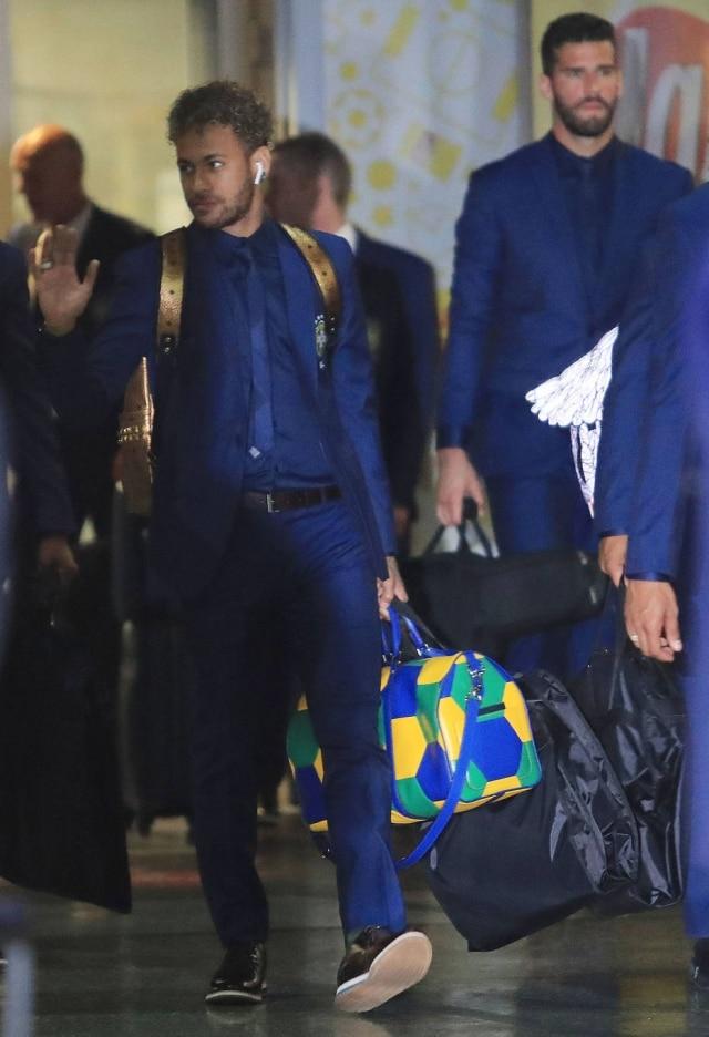 Neymar com sua mala de mão da Louis Vuitton. Este modelo Keepall em verde, amarelo e azul é parte de uma coleção da marca desenvolvida em parceria com a Fifa e custa R$ 17.900