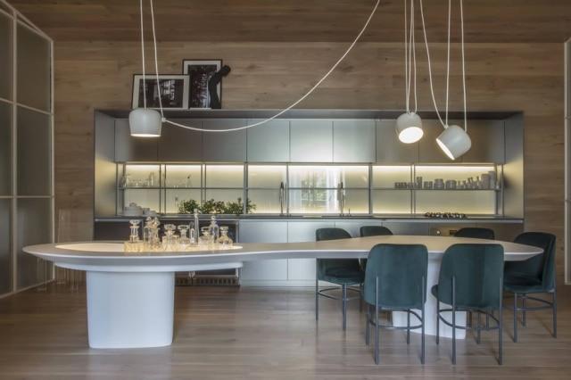 Mesas com muitos lugares foram tendência nos ambientes da Casacor, como o de Nildo José. Esta, feita de resina branca, se dividiu em dois núcleos: o espaço para jantar e o bar