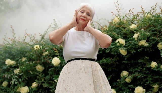 Em duas fotos, a Mammaw, como é chamada por seu neto, aparece no jardim de sua casa