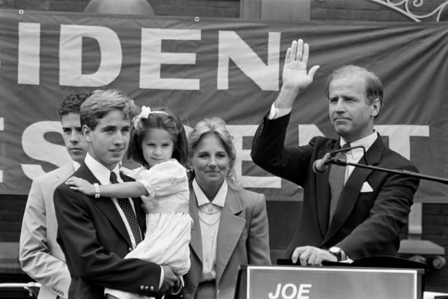 O senador Joe Biden, ao lado de sua família, anuncia sua candidatura à indicação presidencial democrata, em 1987