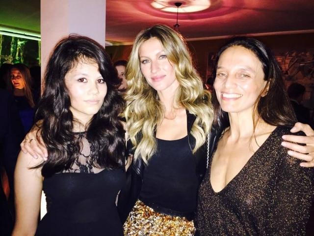 A empresária e agente demodelos Liliana Gomes (na direita), com Gisele Bündchen e sua filha Gabriela Fagundes