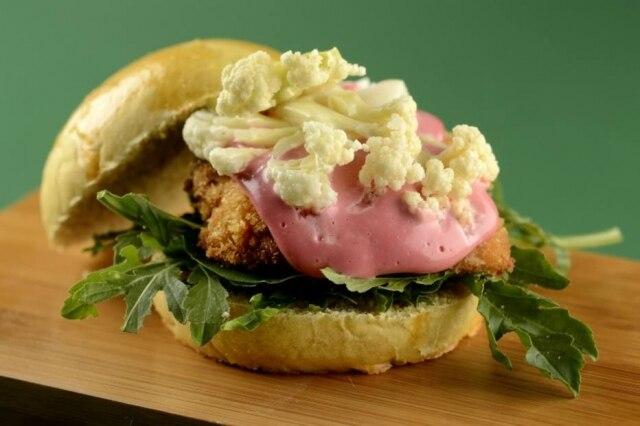 O crazy crispy chicken, de frango frito com maionese de beterraba e couve-flor, está no menu-degustação do Ema desde a inaugura da casa