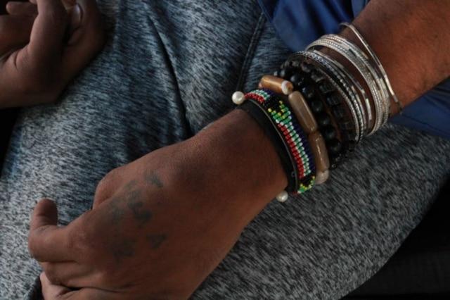 Anita usa braceletes que fazem referência ao Candomblé e tatuou as iniciais de pessoas importantes que passaram pela sua vida. Dentre elas, está a sobrinha que viu nascer. Entretanto, a mulher lamenta que a menina sequer sabe quem ela é nos dias de hoje - devido ao afastamento familiar.
