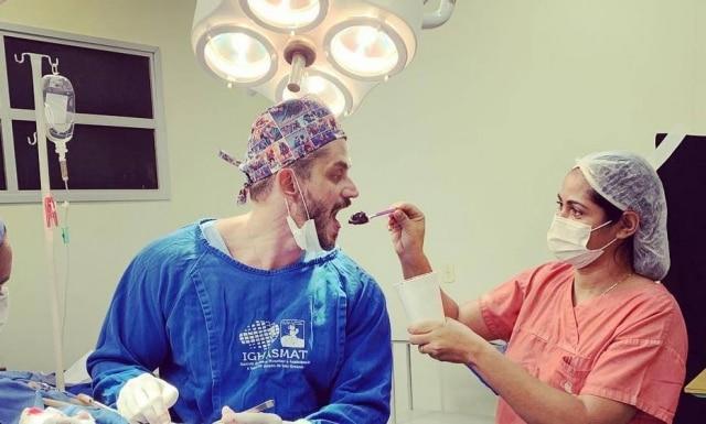 O médico e ex-BBBMarcos Harterse alimentando durantecirurgia.