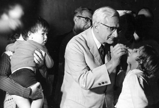 Albert Sabin,criador da vacina oral antipólio, participade imunização no Hospital Albert Einstein,S.P.em 22/11/1970.Cliqueaquipara lerAlbert Sabin e as gotinhas que salvam vidas
