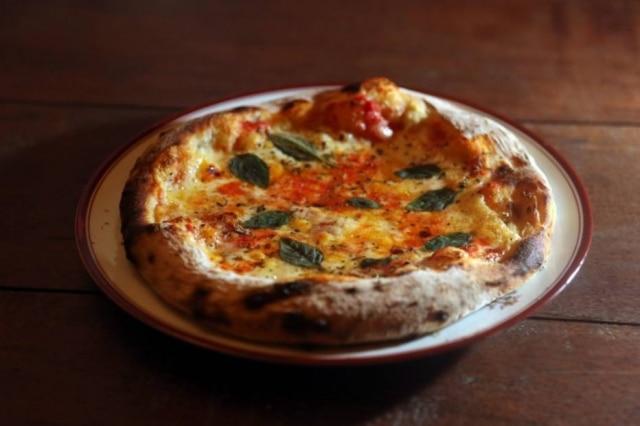 Pizza de margherita da Di Fiore. Massa grossa, assada em forna à lenha
