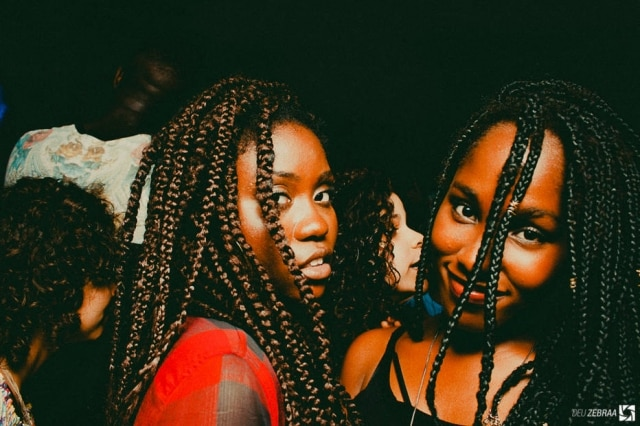 As festas possuem um preço acessível e promovem a representação de jovens negros periféricos.