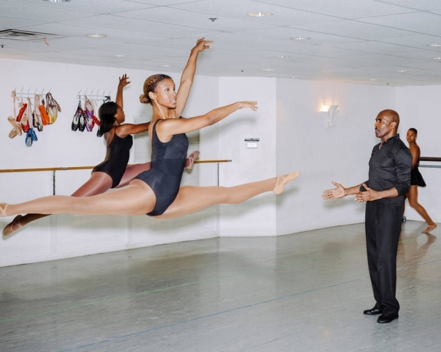 Homer Hans Bryant com Imani Arnette (na frente) e Skye Watts no Chicago Multi-Cultural Dance Center