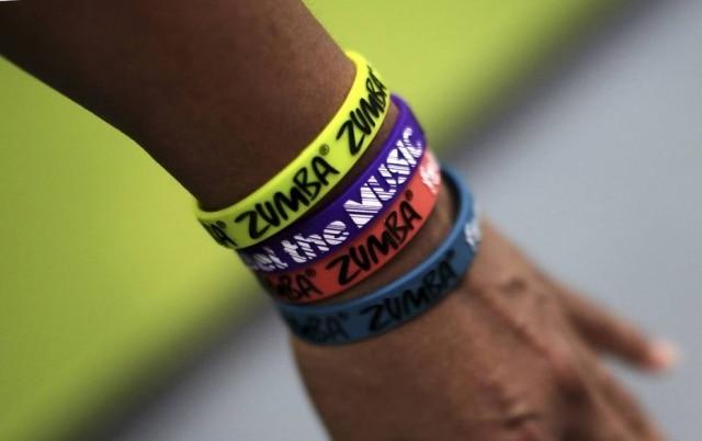 Instrutor com pulseiras de Zumba emNovaYork