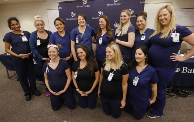 Na foto estão 12 das 16 enfermeiras de um hospital nos Estados Unidos que ficaram grávidas ao mesmo tempo e causaram problemas na escala de trabalho do local