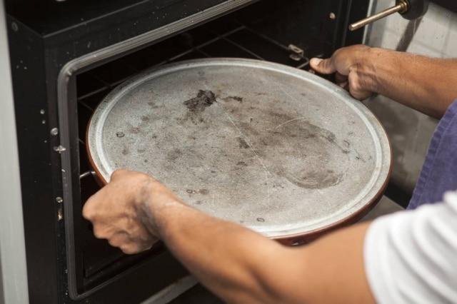 Pedra refratária própria para assar pizzas.