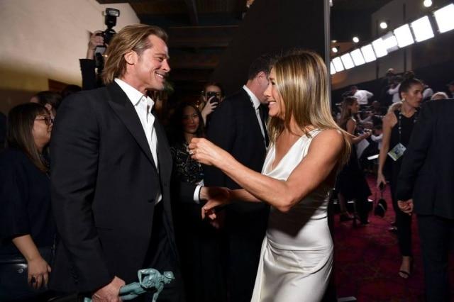 Brad Pitt eJennifer Aniston se cumprimentam nos bastidores do SAG Awards