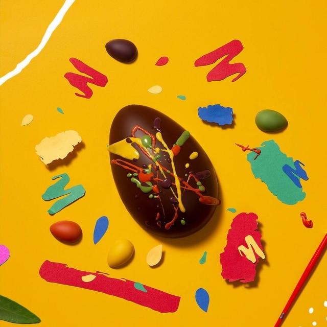 Pincel e chocolate em cor para a garotada pintar o ovo de Páscoa aseu modo