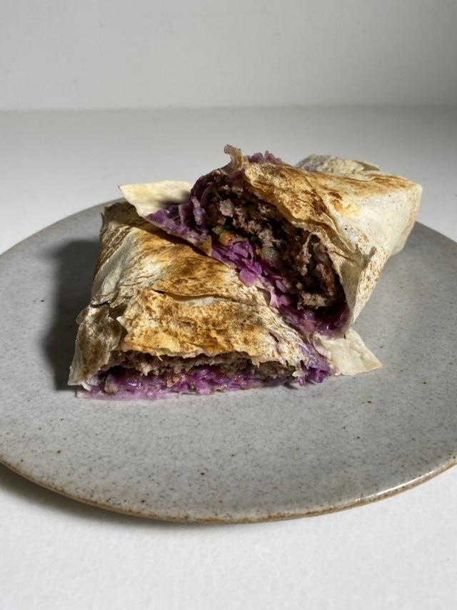 """Turco de origem, o kebab é um """"churrasco de carne marinada"""", em cubos, tiras ou fatias"""