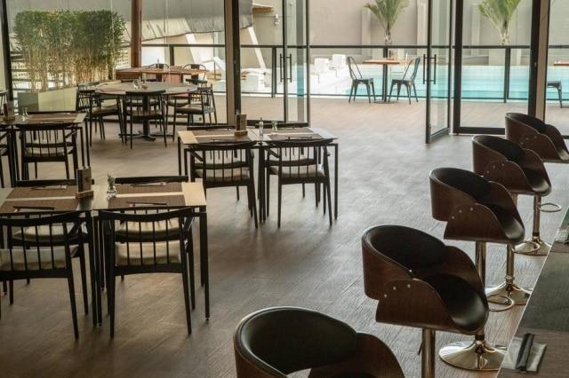 Novo salão do izakaya Kurâ tem deck à beira de uma piscina semiolímpica.
