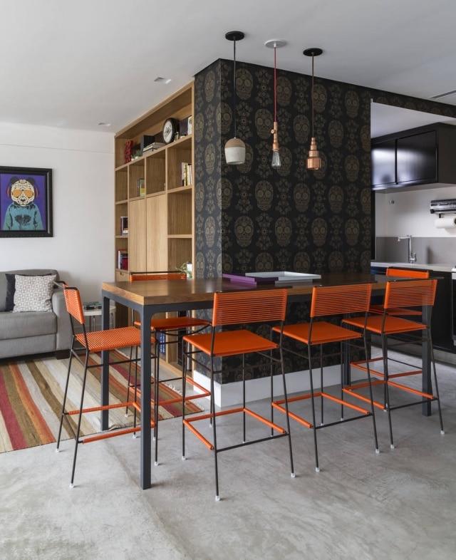 Cimento queimado foi associado à madeira e tons de laranja e preto neste projeto da decoradora Marina Linhares