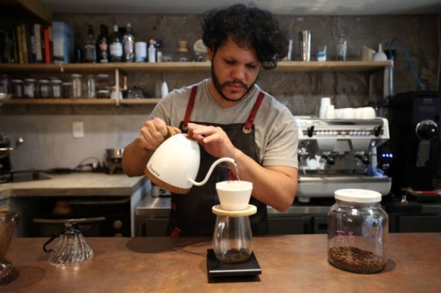 Tiago prepara coado no método Torch Mountain. São mais seis métodos de preparo de café na casa