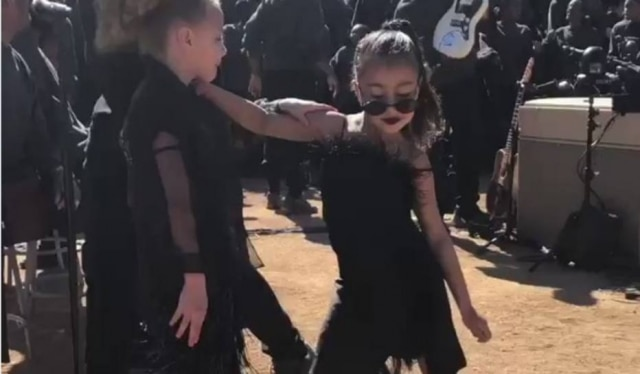 Filha de Kim Kardashian e Kanye West durante culto religioso criado pelos pais nos Estados Unidos.