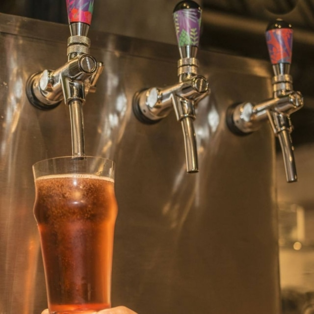A sidra direto do barril. Mas engana-se quem pensa que se trata de cerveja com maçã, é um fermentado da fruta como o vinho.