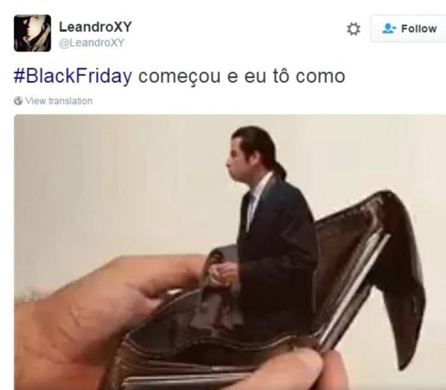 O John Travolta confuso dentro de uma carteira vazia