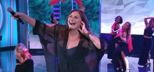 A cantora riu de si mesma e colocou o público para cantar o verso da música.