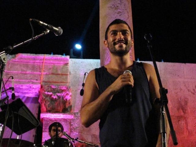 Hamed Sinno é vocalista da Mashrou'Leila; foi em um show da banda no Egito que pessoas levantaram a bandeira gay e depois foram presas