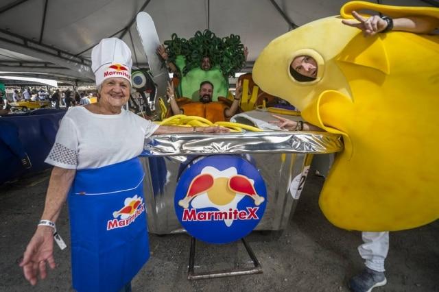 Os membros da equipe do Marmitex se fantasiaram de alimentos para destacar um ícone do trabalhador paulistano.