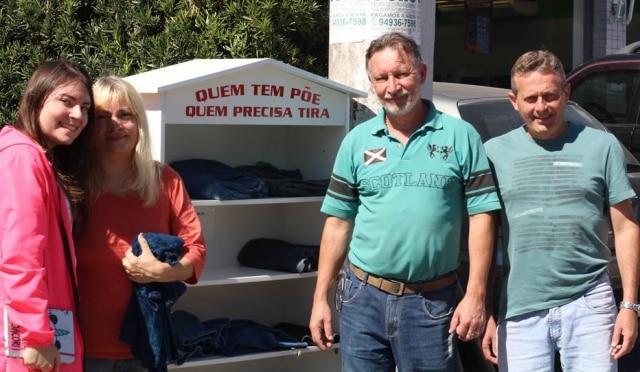 Da esquerda para a direita: Ariel Oliveira (filha do casal), Valdelice, Sérgio e o síndico Paulo Garcia. Os quatro cuidam da casinha de roupas.