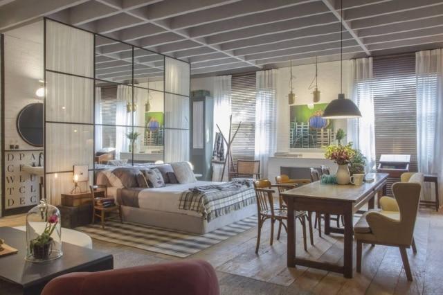 No Loft do Campo,de Paola Ribeiro, a cama é separada da cozinha apenas por uma mesa, do antiquário Arnaldo Danemberg. O piso é de madeira de demolição. No banheiro, azulejos com letras da Decortiles