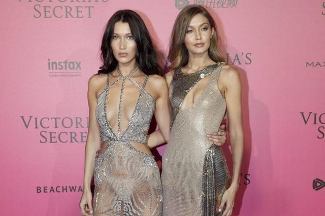 Bella Hadid e Gigi Hadid combinaram seus looks com transparência e muito brilho.