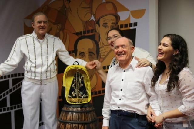 Renato Aragão recebe sua estátua em Aparecida