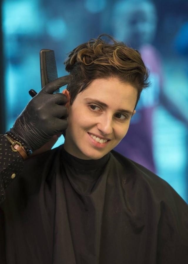 Ivana após cortar o cabelo em 'A Força do Querer'.