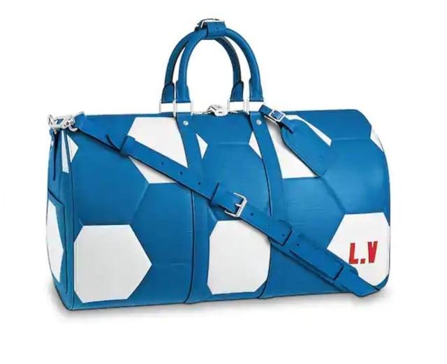 O modelo da mesma coleção da Louis Vuitton em parceria com a Fifa está à venda no Brasil por R$ 17.900