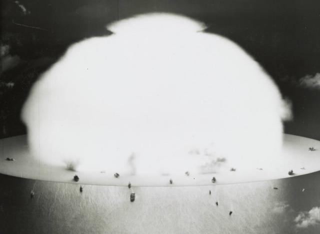 Nuvem de cogumelo formada com detonação de uma bomba atômica durante os testes nucleares no Atol de Biki, 1946.