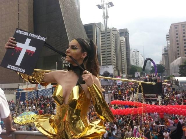 Modelo transexual Viviany Beleboni durante Parada Gay em SP