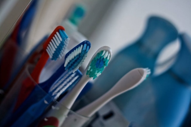 Cirurgião-dentista alerta queé comum encontrar bactérias típicas do bolo fecal em escovas de dente