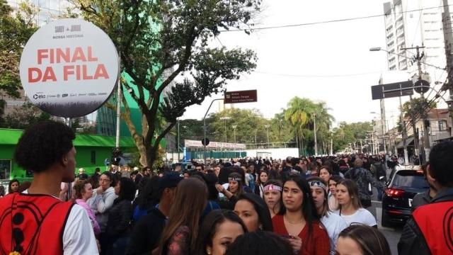 Milhares de pessoas faziam fila à espera da abertura dos portões para o primeiro show de Sandy e Junior em São Paulo.