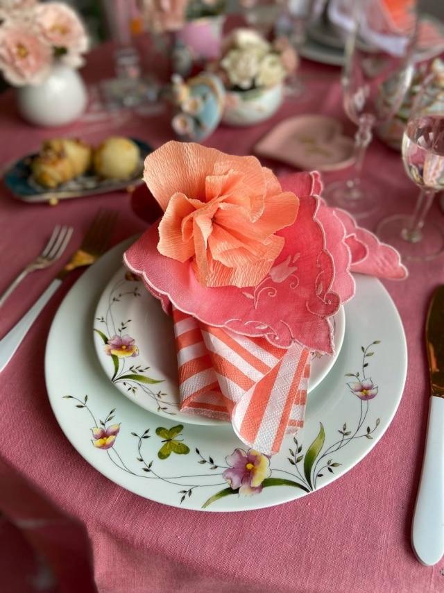 Flor de papel crepom sobre cada prato